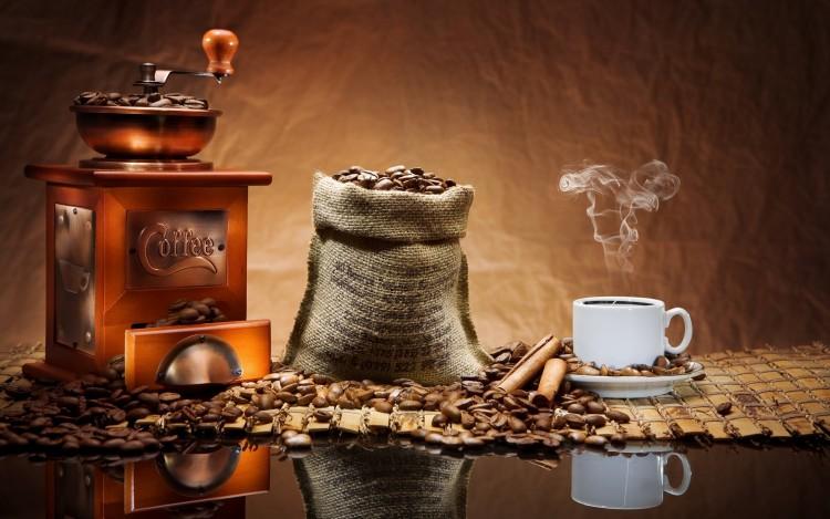Ручная кофемолка и зерна кофе