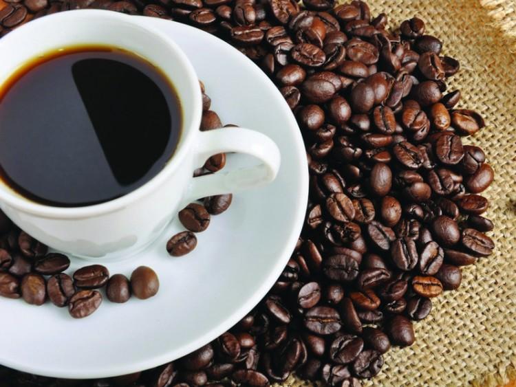 Кофе в чашке и зерна