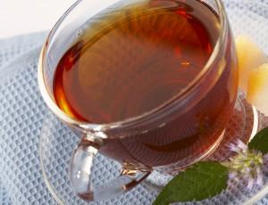 Черный чай в чашке