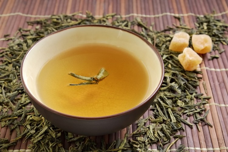 Пиала с желтым чаем