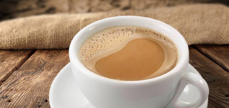 Белый кофе в чашке