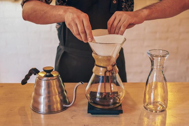 Заваривание кофе в кемексе
