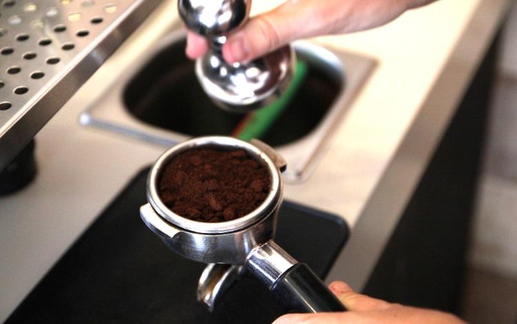 Подготовка к трамбовке кофе