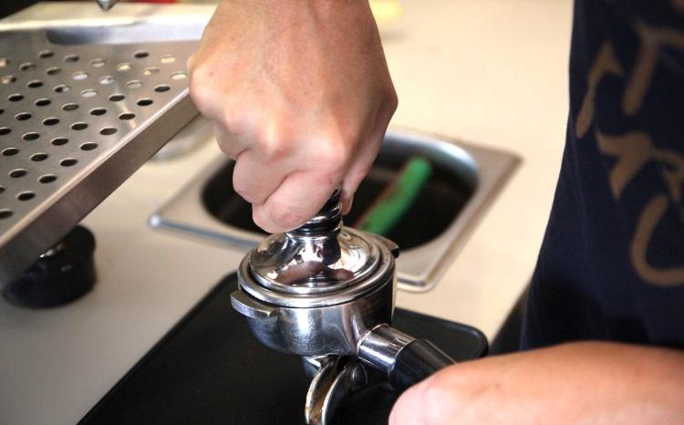 Утрамбовывание кофе