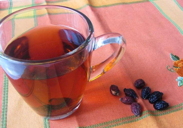 Заваренный чай из шиповника