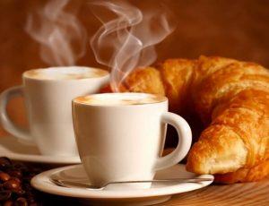 Кофе с рогаликом
