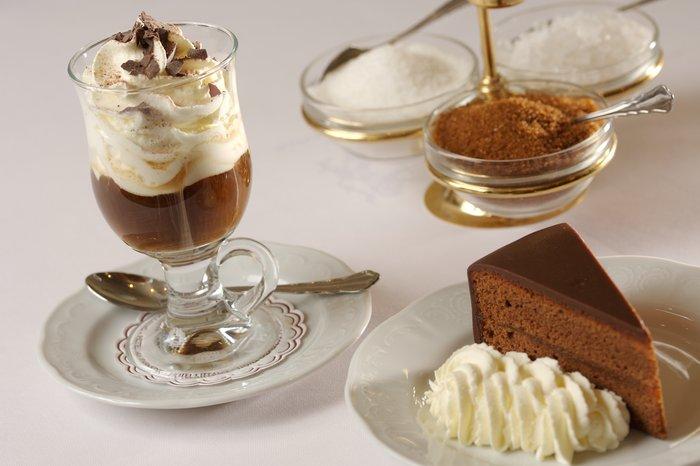 Кофе с мороженым и десерт