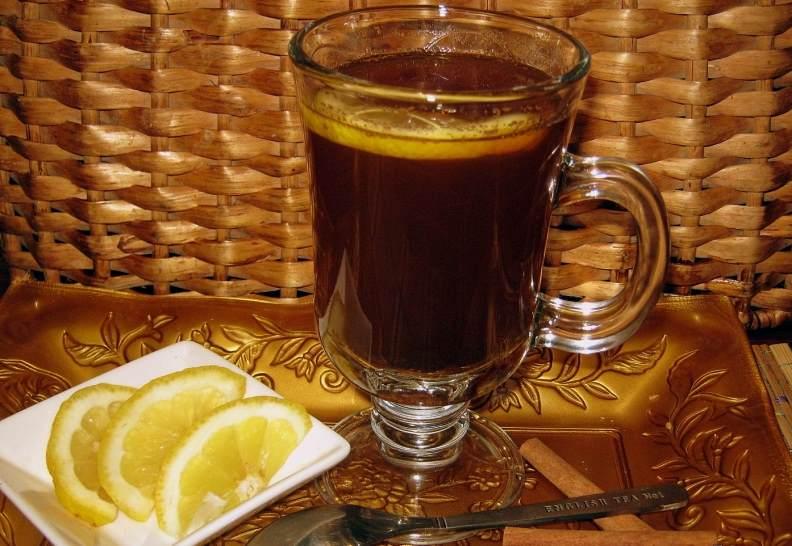 Кофе с лимоном в бокале