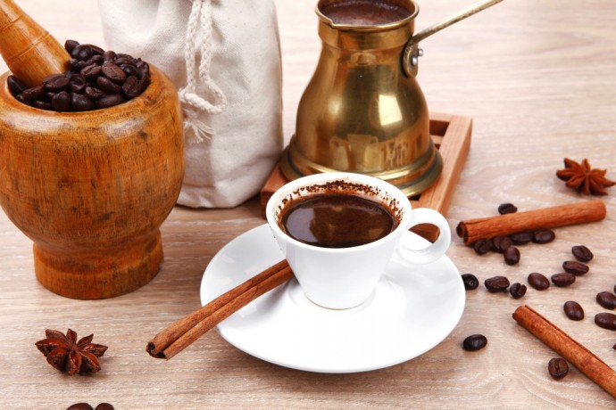 С корицей и шоколадом кофе