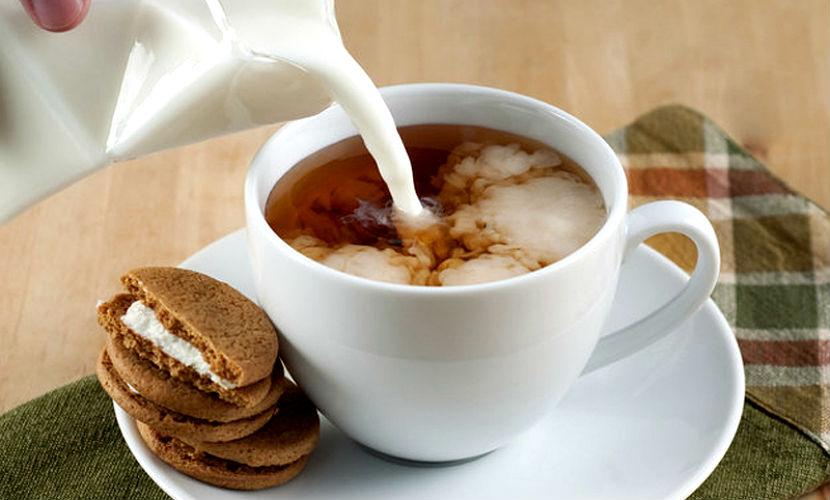 Молоко и черный чай