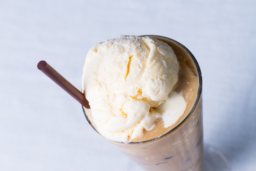 Кофе и шарик мороженого